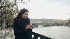Piękny młoda kobieta turysta W Praga Używać Jej Smartphone, Podróżny pojęcie zdjęcie wideo