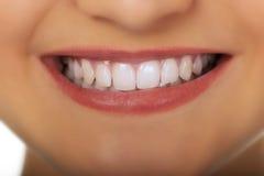 Piękny młoda kobieta uśmiech zdjęcie royalty free