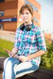 Piękny młoda kobieta uczeń z nutowym ochraniaczem plenerowy uczeń Fotografia Royalty Free