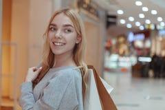 Piękny młoda kobieta zakupy przy lokalnym centrum handlowym obraz royalty free