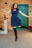 Piękny młodej dziewczyny doskakiwanie w pokoju Pojęcie ruch, danc Obrazy Stock