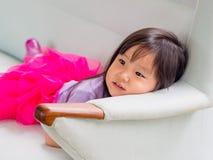 Piękny młodej dziewczyny dziecko kłaść w dół Obrazy Royalty Free