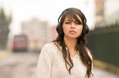 Piękny młodej dziewczyny odprowadzenie w ulicach af Fotografia Stock