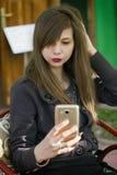 Piękny młodej dziewczyny takin selfie Zdjęcia Stock