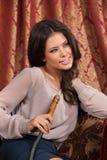 Piękny młodej kobiety dymienia nargile Zdjęcie Royalty Free