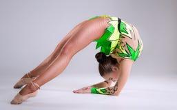 Piękny młodej kobiety limber exerciser zdjęcie stock