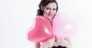 Piękny młodej kobiety mienia czerwieni balonu serce Zdjęcia Stock