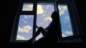 Piękny młodej kobiety obsiadanie na okno zdjęcie wideo