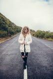 Piękny młodej kobiety odprowadzenie na pustej drodze zdjęcia royalty free