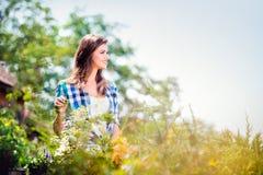 Piękny młodej kobiety ogrodnictwo Obraz Royalty Free
