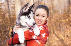 Piękny młodej kobiety przytulenia husky szczeniak dla spaceru w parku Obraz Stock