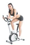 Piękny młodej kobiety szkolenie na ćwiczenie rowerze Fotografia Stock