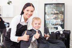Piękny młody żeński fryzjer męski pracuje w salonie Zdjęcia Stock