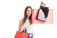 Piękny młody żeński portret trzyma kolorowego zakupy lub pre zdjęcia royalty free