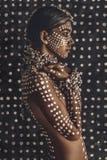 Piękny młody atrakcyjny modny wzorcowy portret z tradycyjnym ornamentem na skórze i twarzy zdjęcia royalty free