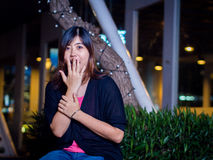 Piękny Młody azjata - Chińska kobieta Zaskakująca, ręka na usta Fotografia Royalty Free