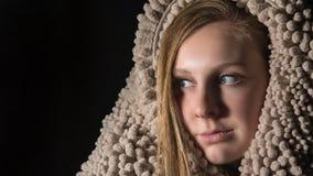 Piękny Młody błękit Przyglądający się blondyny Zakrywający w teksturze fotografia stock