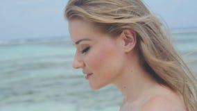 Piękny młody blond kobiety odprowadzenie portret oceanem, outdoors zbiory