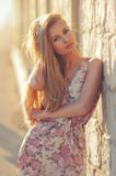 Piękny młody blond kobiety outdoors portret blisko morza Fotografia Stock