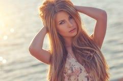 Piękny młody blond kobiety outdoors portret blisko morza Zdjęcia Royalty Free