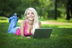 Piękny młody blond kobiety siedzieć plenerowy Obrazy Royalty Free