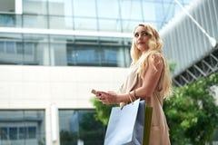 Piękny Młody Blond Używa Smartphone w ulicie zdjęcie royalty free
