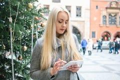 Piękny młody blondynka turysta lub kobieta używamy pastylkę fotografia stock