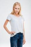 Piękny młody blondynki dziewczyny kładzenia smartphone w cajgach wkładać do kieszeni Zdjęcia Royalty Free
