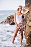 Piękny młody blondynki kobiety pozować plenerowy przy skalistym dennym sho Obraz Stock