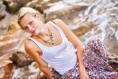 Piękny młody blondynki kobiety pozować plenerowy przy skalistym dennym sho Obrazy Stock