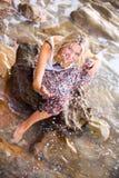 Piękny młody blondynki kobiety pozować plenerowy przy skalistym dennym sho Fotografia Royalty Free