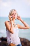 Piękny młody blondynki kobiety pozować plenerowy przy skalistym dennym sho Obrazy Royalty Free