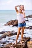 Piękny młody blondynki kobiety pozować plenerowy przy skalistym dennym sho Fotografia Stock