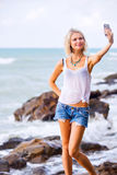 Piękny młody blondynki kobiety pozować plenerowy przy skalistym dennym sho Zdjęcie Royalty Free