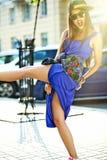 Piękny młody brunetki kobiety model w lato modnisia kolorowych przypadkowych ubraniach Zdjęcia Royalty Free