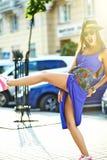 Piękny młody brunetki kobiety model w lato modnisia kolorowych przypadkowych ubraniach Zdjęcia Stock