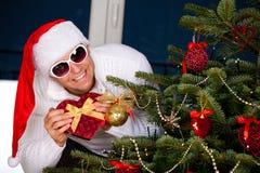 Piękny młody człowiek w Święty Mikołaj odziewa obraz royalty free
