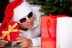 Piękny młody człowiek w Święty Mikołaj odziewa fotografia royalty free