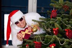 Piękny młody człowiek w Święty Mikołaj odziewa zdjęcie stock