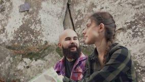 Piękny młody człowiek znosi brodę opowiada joyfully z piękną młodą dziewczyną zdjęcie wideo