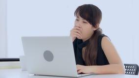 Piękny młody freelance azjatykci kobiety działanie zanudzający i męczący na laptopie przy biurem zdjęcie wideo