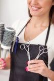 Piękny młody hairstylist pokazuje ona obrazy stock