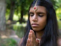 Piękny młody indyjski kobiety modlenie w parku obraz stock