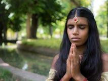 Piękny młody indyjski kobiety modlenie w parku Zdjęcie Stock