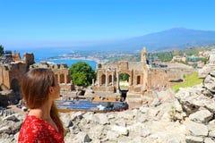 Piękny młody kobieta model w ruinach starożytnego grka teatr w Taormina z Etna wulkanem Ionian morzem na i obraz stock