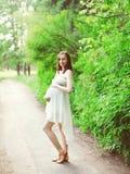 Piękny młody kobieta w ciąży w biel sukni outdoors Zdjęcia Royalty Free