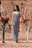 Piękny młody moda model pozuje na skałach Zdjęcia Royalty Free