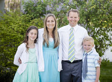 Piękny młody rodzinny portret outdoors Obraz Royalty Free