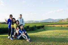 Piękny młody rodzinny portret plenerowy Fotografia Royalty Free