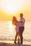Piękny młody romantyczny para taniec na nadmorski w promieniach ri obrazy royalty free